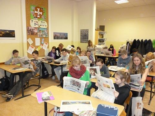 Schüler lesen Zeitung